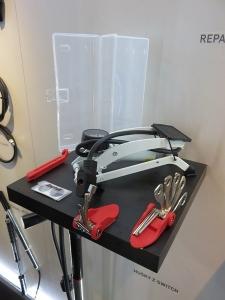 En nouveauté, une station de réparation avec une petite pompe et multi-outil. L'ensemble se range dans une petite boîte, c'est pratique !