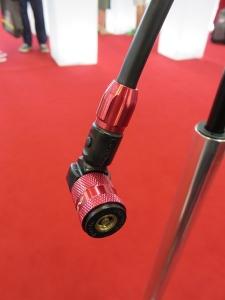 Embout de pompe avec bouton pour lâcher la pression en cas de surgonflage ! L'embout se visse sur la valve, mais il suffit de tirer pour l'enlever. Manomètre ultra lisible.