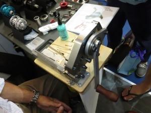 Par ailleurs cette société fabrique une machine à tailler les rayons avec plusieurs filières à plat suivant les épaisseurs de métal présentées. Il suffit de donner un demi tour de manivelle pour couper et fileter le rayon.
