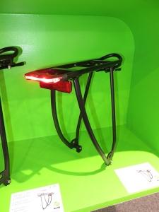 Fabriqué par Tubus, le Shine Evo Light est un nouveau porte-bagages Racktime. En alu avec feu rouge Büsch et Müller pour alternateur. Le câble passe à l'intérieur du tube arrière.