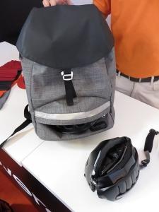 Déjà vu en Angleterre : le casque pliant à 70 euros (revue Cyclotourisme du mois d'avril 2015). Peut se ranger au fond du nouveau sac à dos, un ensemble bien pratique !