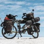 Hey Bro affronte le désert de sel à vélo